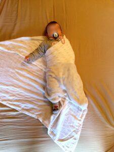 Cómo arropar a tu bebé, orugar o swaddling en www.madreyblogger.com