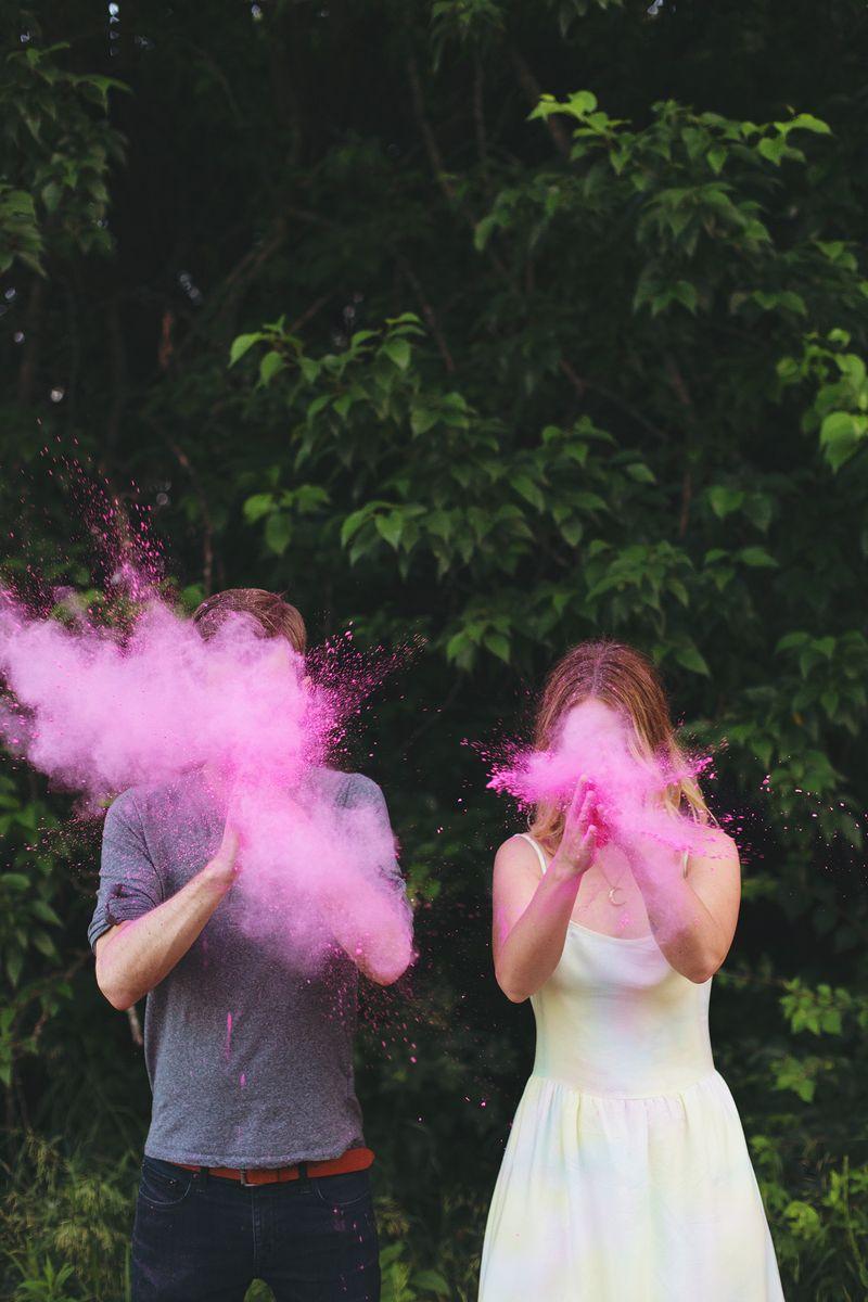 Anunciar el sexo del bebé con tizas de colores holi run en rosa o azul