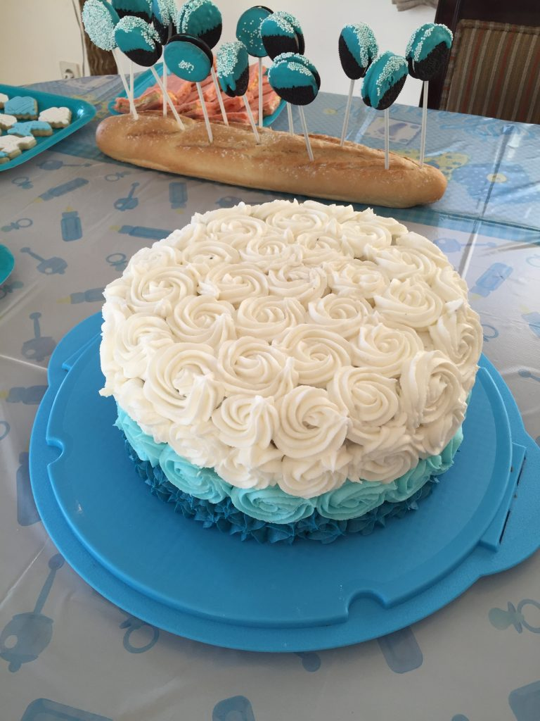 Tarta en tonos blancos y azules