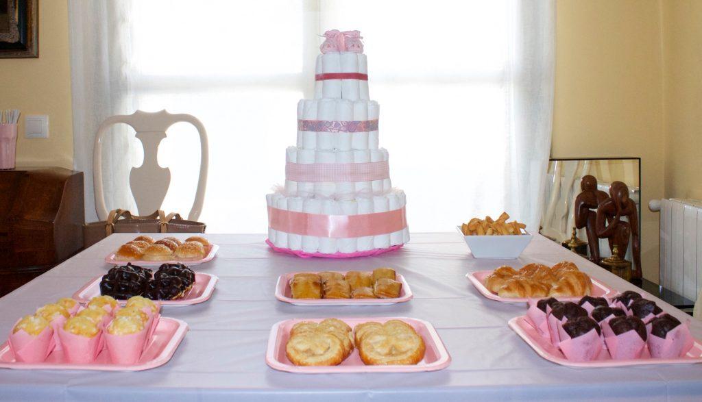 Mesa con tarta de pañales