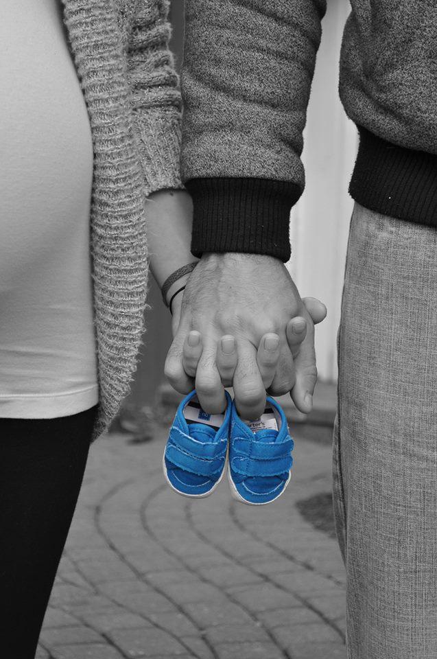 Anunciar el sexo del bebé con zapatos patucos azul y rosa